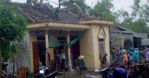 Bão số 4 làm tốc mái nhà dân, Hà Tĩnh-Quảng Trị mưa rất to