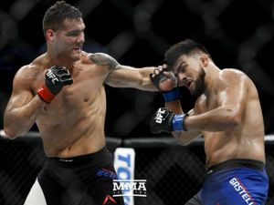 UFC: Thua 'vỡ mặt' 2 năm, lên đài hạ gục đối thủ như bỡn