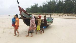 Bão số 4 suy yếu thành áp thấp nhiệt đới, các tỉnh từ Hà Tĩnh đến Quảng Bình có gió giật cấp 10