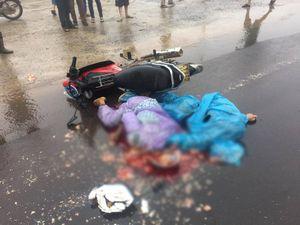 Xe máy va chạm container, cặp vợ chồng chết thảm trong mưa lớn
