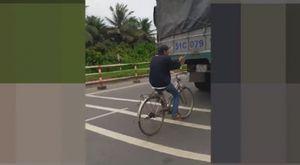 Thanh niên chạy xe đạp chơi trò 'kéo đuôi voi'