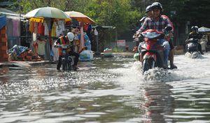 Người dân khổ sở lội nước ngập dù trời... không mưa
