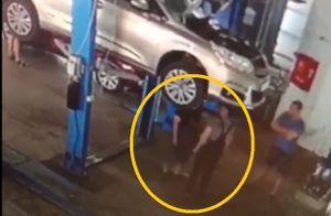 Clip: Kinh hoàng cảnh sập cầu nâng, ôtô đè trúng thợ sửa xe