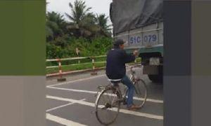 Khiếp đảm nam thanh niên chạy xe đạp 'túm' đuôi xe tải