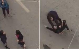'Nhắc nhở' tài xế lùi xe cẩn thận, người phụ nữ bị đánh túi bụi