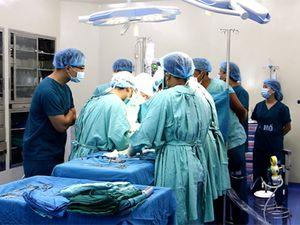Cận cảnh phẫu thuật điều trị trật khớp háng bẩm sinh tại Bệnh viện Quốc tế Vinh