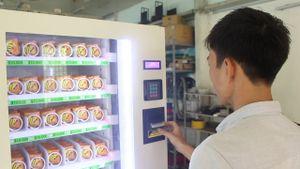 Sinh viên chế tạo máy bán bao cao su tự động