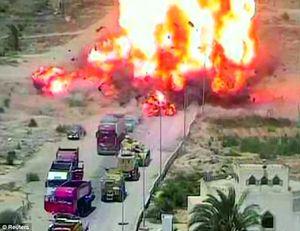 Xe tăng Ai Cập nghiền nát xe đánh bom liều chết nghi của IS