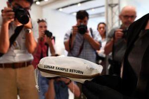 Hành trình lưu lạc của túi bụi Mặt Trăng giá 2 triệu USD