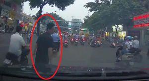 Kẻ lừa đảo dàn cảnh va quệt, nhảy lên ô tô bắt vạ tài xế: Công an vào cuộc điều tra