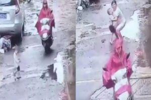 Video người phụ nữ mang thai lái xe cán qua người bé trai