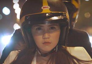 Ngọc Trinh lái môtô chở bạn trai bỏ trốn trong phim mới