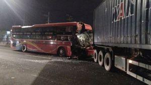 Xe khách đâm đuôi container, phụ xe bị thương nặng