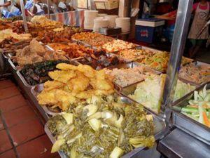 Cơm bình dân - 'tín đồ' của thực phẩm bẩn và đã hết hạn
