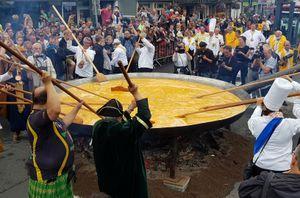 Người Bỉ bắc chảo rán 10.000 quả trứng mặc nỗi lo sức khỏe