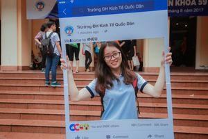 Tân sinh viên ĐH Kinh tế Quốc dân tạo dáng xì tin ngày đầu nhập học