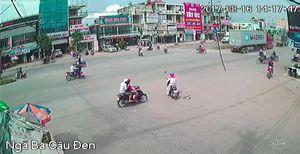 Bỏ chạy sau khi tông người phụ nữ, xe máy tiếp tục tông thêm 2 người khác