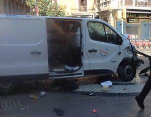 Xe lao vào đám đông tại Barcelona, 13 người chết