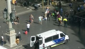 Đám đông bỏ chạy trong hỗn loạn sau vụ đâm xe ở Barcelona