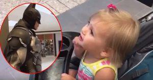 Clip: Đi shopping cùng mẹ, bé gái 'nhận vơ' tượng Batman là bố