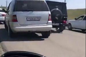 Clip: Hai xe Mercedes gây sự, chèn nhau vỡ xe trên đường