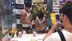 Dân Nhật 'phát cuồng' với trai đẹp cơ bắp bán kem