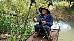 Thót tim cảnh người dân Đắk Lắk đu ván vượt qua suối