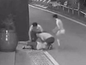 Nhân viên bảo vệ Trung Quốc giải cứu con tin bị kề dao vào cổ