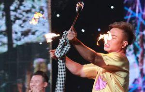 Diễn màn múa lửa, Lê Dương Bảo Lâm bị bỏng mũi trên sân khấu