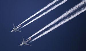 Vì sao máy bay để lại vệt khói trên bầu trời?