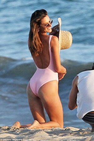 Alessandra Ambrosio khoe dáng thon thả trên biển