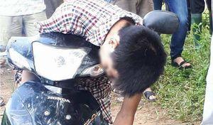 Nam thanh niên gục chết trên xe máy ven đường