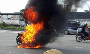 Xe máy bốc cháy ngùn ngụt trên đường phố Bình Dương