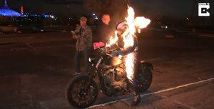 Người cháy rừng rực lái Harley vọt qua đường lửa