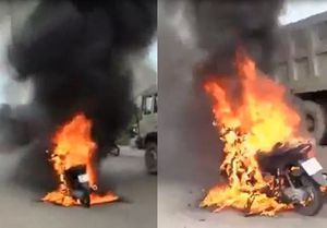 Clip xe máy bốc cháy dữ dội khi đang lưu thông ở Bình Dương