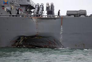 Tàu khu trục Mỹ cập cảng Singapore trong tình trạng móp méo