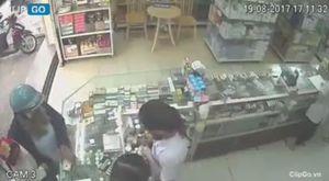 Người phụ nữ 'tiện tay' trộm iPhone khi mua thuốc cho con