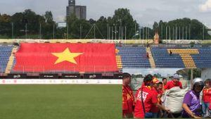 Gian nan đưa đại kỳ vào sân cổ vũ đội tuyển nữ Việt Nam