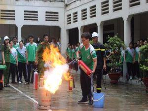 Học sinh TP.HCM đội mưa tập phòng cháy chữa cháy