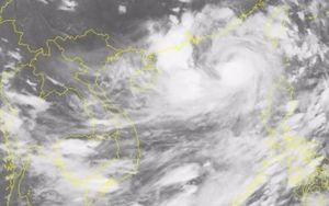 Bão Hato mạnh lên cấp 12, hướng về biên giới Việt - Trung