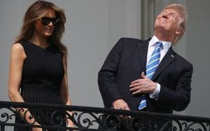 Cận cảnh Tổng thống Mỹ Donald Trump háo hức xem nhật thực toàn phần
