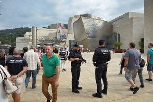 Nghi phạm lao xe ở Barcelona định đánh bom khủng bố đền đài