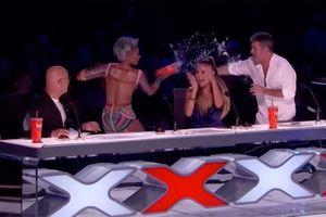 VIDEO: Mel B của Spice Girls hắt nước vào Simon Cowell vì đùa chuyện đêm tân hôn