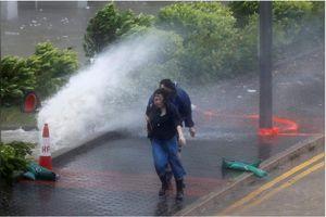 Siêu bão Hato thổi lật nhà, bay ô tô ở Trung Quốc
