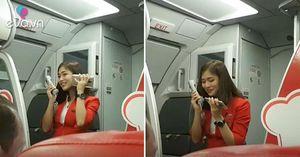 Máy bay bị trì hoãn, nữ tiếp viên hàng không xinh đẹp có cách xin lỗi siêu dễ thương