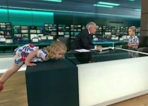 Bé gái phá đám chương trình trực tiếp trên truyền hình Anh