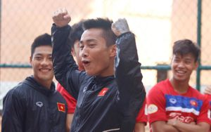 Hồ Tuấn Tài vui đùa cùng đồng đội trước trận quyết đấu U22 Thái Lan