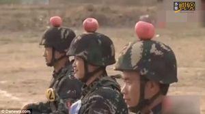 Xem lính Trung Quốc tập bắn táo trên đầu đồng đội