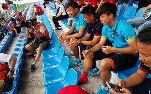 Duy Mạnh buồn thiu trên khán đài xem U22 Việt Nam quyết đấu Thái Lan