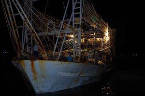 Khoảnh khắc 10 thuyền viên trên con tàu hư bánh lái khi bão số 10 ập đến